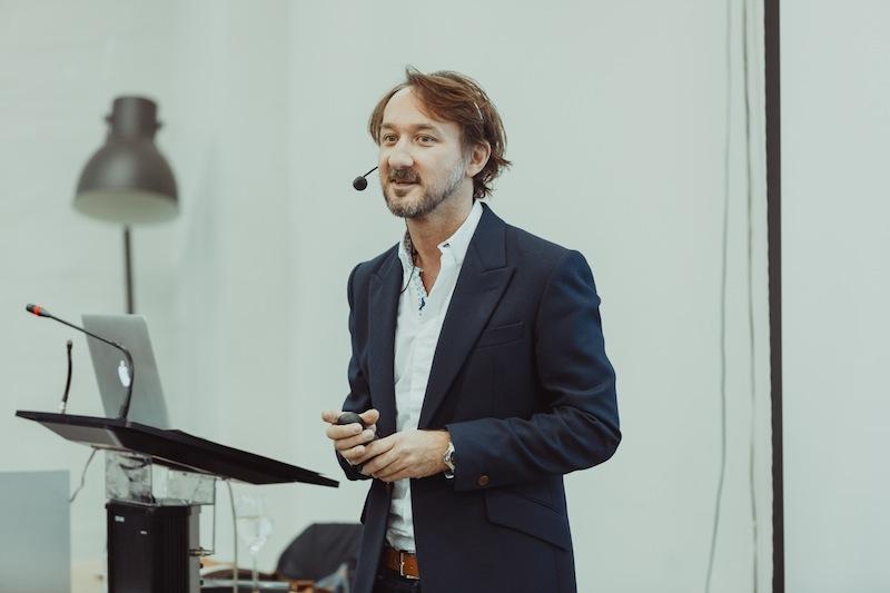 Фото: Эдриан Голдторп читает лекцию о «правильных брифах» в БВШД, 10 апреля