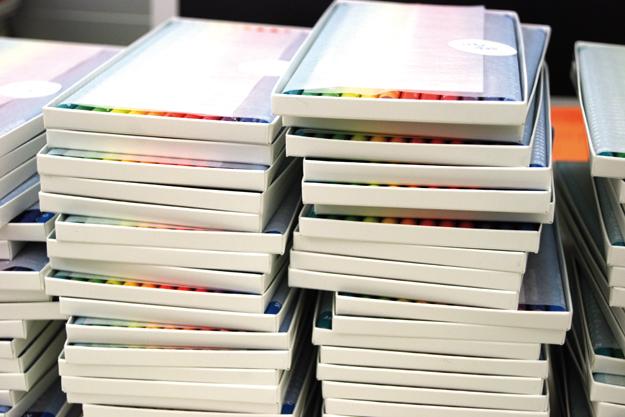Календарь Pencil calendar состоит из 12 цветных карандашей, на каждом из которых столько зарубок, сколько дней в...