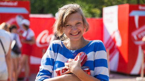 Фото: посетительница Летнего парка Coca-Cola в Москве, www.coca-colarussia.ru